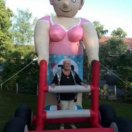 Sarah met rollator, hoog 3,8 meter